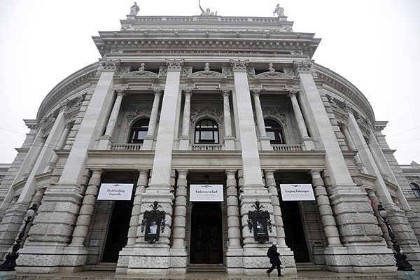 """Die """"Identitären"""" hissten ein Plakat am Wiener Burgtheater"""