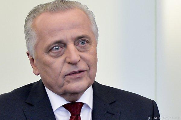 Bundespräsidentschaftskandidat Hundstorfer macht die FPÖ verantworlich für den Bühnen-Sturm.