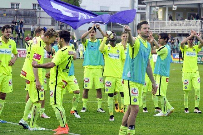 Austria Wien Spieler beim Jubel nach dem Spiel.