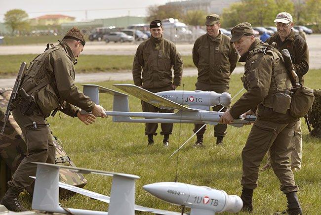 """Ein Soldat präsentiert die Vorgehensweise beim Start der Drohne während der Vorstellung des Drohnensystems """"Tracker"""""""