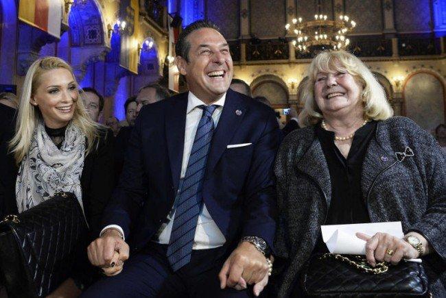Strache ließ sich und die Partei feiern - Mutter und Freundin hielten das Händchen.