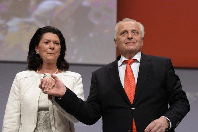 Rudolf Hundstorfer mit Ehefrau Karin Risser während des Wahlkampfabschlusses.