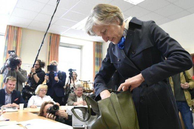 Irmgard Griss kramt nach ihrem Ausweis.