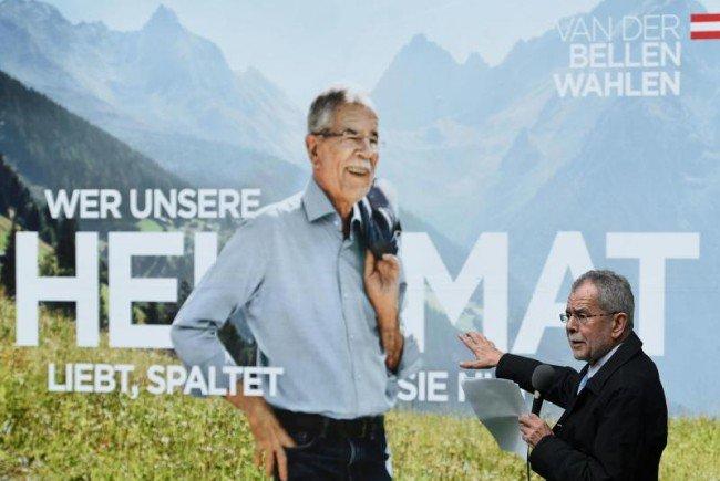 Kandidat Alexander Van der Bellen vor seinen neuen Plakaten.
