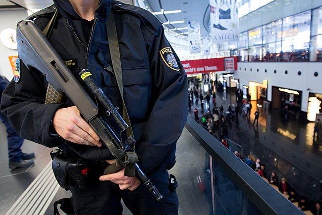 Die Angst der Österreicher vor Terror und Kriminalität steigt.