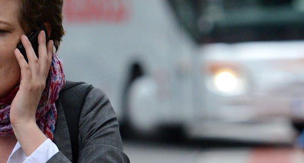 Verkehrspsychologe Bartl hält ein Handy-Verbot für Fußgänger denkbar
