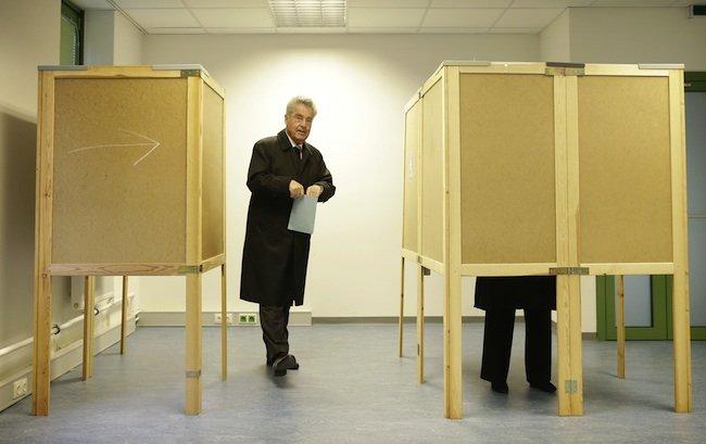 BP Heinz Fischer bei seiner Stimmabgabe zur Bundespräsidentenwahl am Sonntag