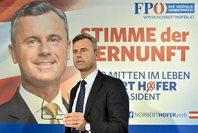 FPÖ-Präsidentschaftskandidat Norbert Hofer vor seinem neuen Plakat