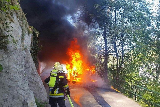 Einsatzkräfte der Feuerwehr während des Löscheinsatzes in Krems