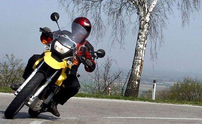 Der Motorradfahrer verlor bei dem Unfall einen Unterschenkel.