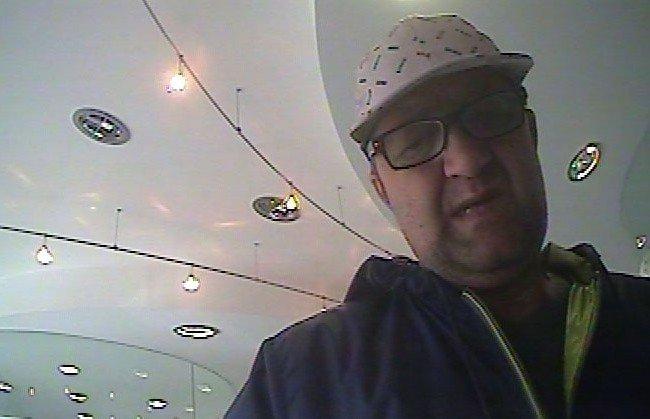Dieser Mann soll eine Geldbörse mit darin befindlicher Bankomatkarte gestohlen haben.