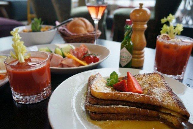 Ein Mal im Monat wird zum tiffany's Frühstück geladen.