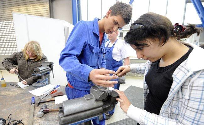 Mädchen bei einem Metallverarbeitungsworkshop.