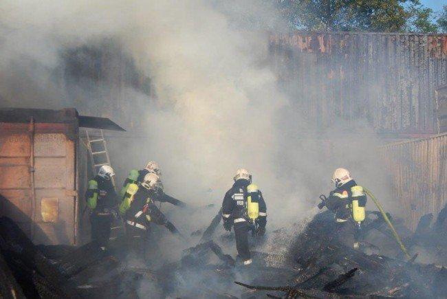 Die Feuerwehr im Einsatz am Simmeringer Containerareal.