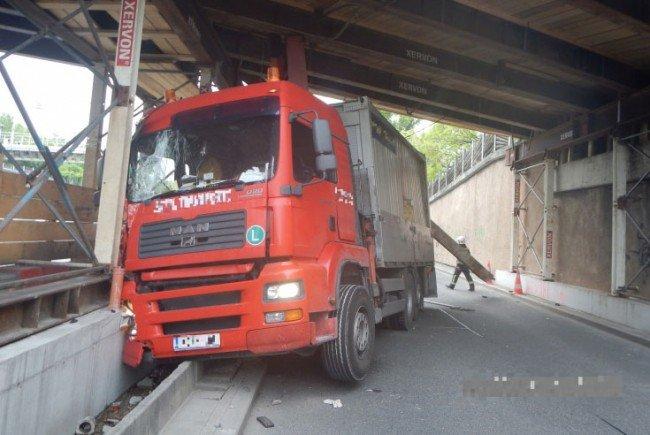 Der LKW rammte die Brücke mit dem nicht eingefahrenen Kran.