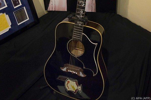 Elvis hatte die Gitarre einem Fan vermacht