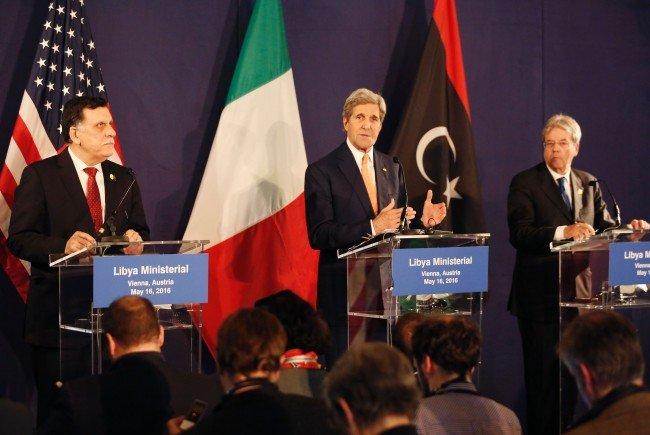 John Kerry, Fayez al-Sarraj (L) und Paolo Gentiloni bei der Konferenz in Wien.