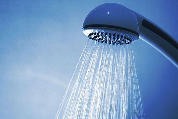 Ein Streit um die Reihenfolge der Frauen beim Duschen eskalierte