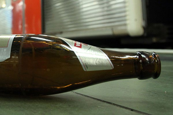 Mit einer abgebrochenen Bierflasche versetzte der Mann seinem Kontrahenten einen Bauchstich