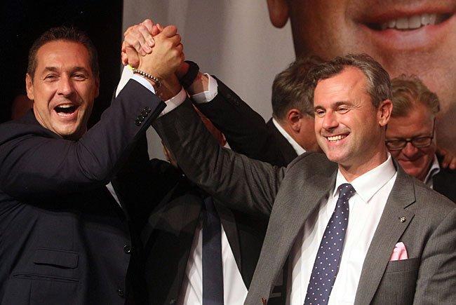FPÖ-Obmann Heinz-Christian Strache (l.) gratuliert Präsidentschaftskandidat Norbert Hofer (FPÖ)