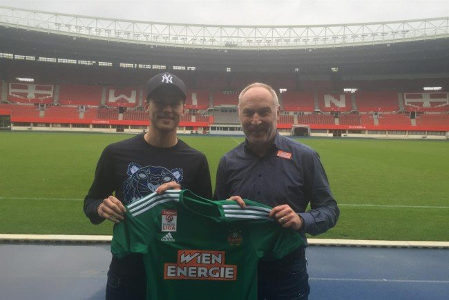Rapid-Neuzugang Arnór Traustason mit Sportdirektor Andreas Müller.
