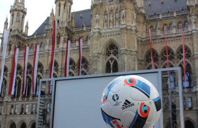 Auch am Rathausplatz kann bei der Euro mitgefiebert werden.