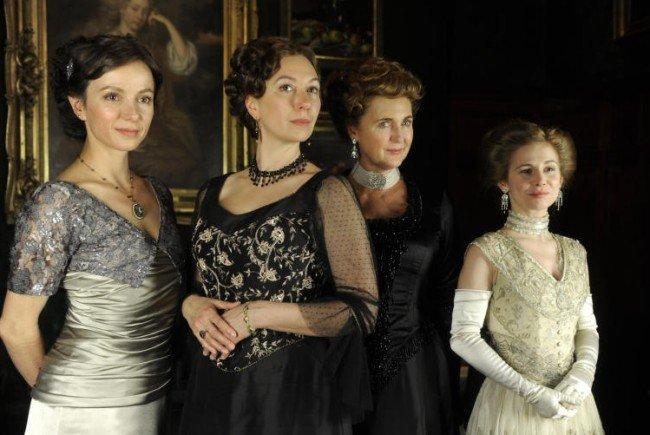 v.l.n.r Julia Koschitz (Martha Aderhold), Ursula Strauss (Anna Sacher), Francesca von Habsburg (englische Diplomatin) und Josefine Preuß (Konstanze von Traunstein).