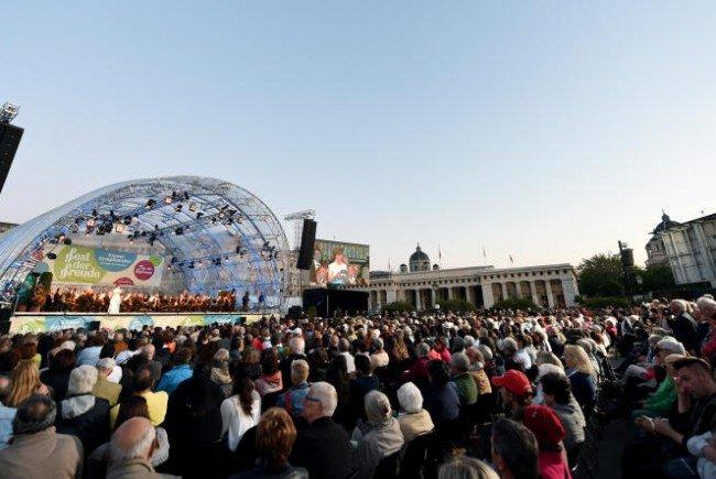 Tausende Menschen versammelten sich am Heldenplatz.