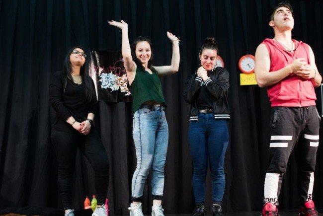 Die jugendlichen Flüchtlinge bei ihrer Performance.