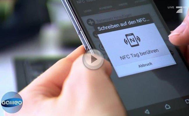 Der Mikro-Chip wird in die Hand gespritzt und per Smartphone eingerichtet.