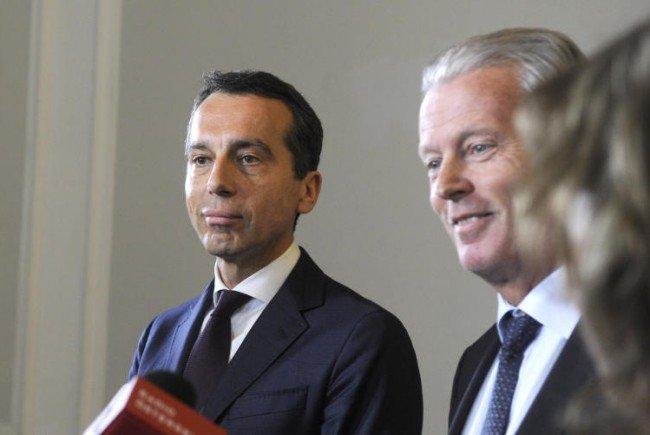 Vizekanzler Reinhold Mitterlehner (ÖVP/r.) und Bundeskanzler Christian Kern (SPÖ) über den Wahlsieg.