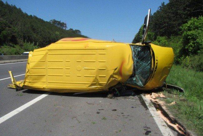 Der Klein-LKW nach dem Unfall auf der Südautobahn.