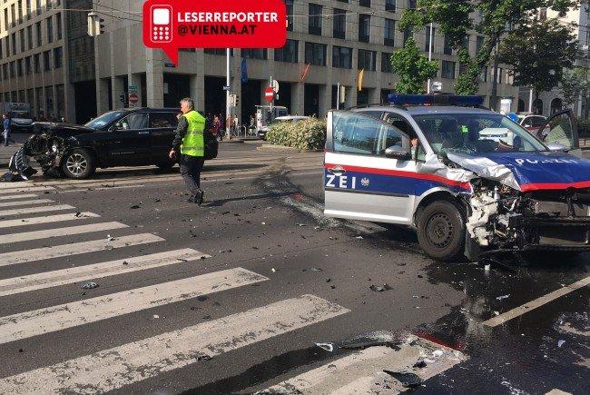 Dienstagmorgen kam es zu einem Zusammenstoß zwischen einem Auto und einem Polizeiwagen.