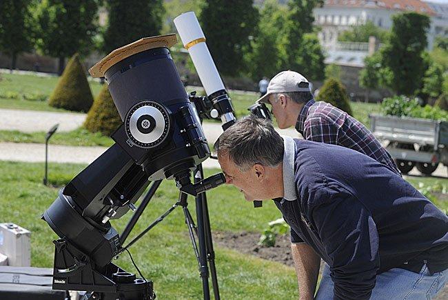 Betrachter während des Transit des Planeten Merkur vor der Sonne im Wiener Augarten