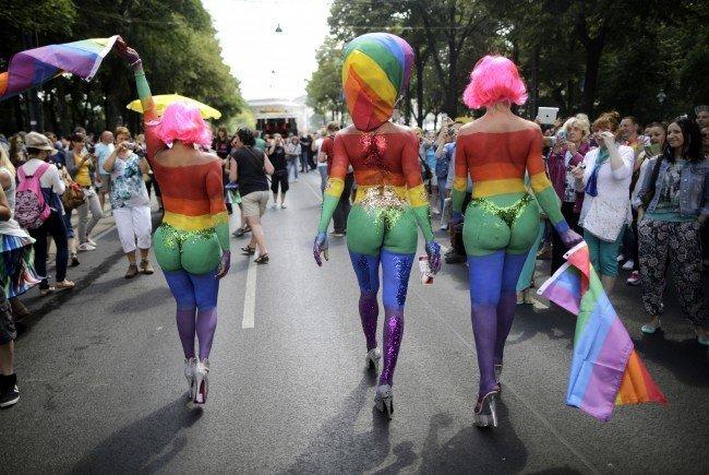 Freizügigkeit ist bei der Regenbogenparade Programm - und den Gegnern ein Dorn im Auge