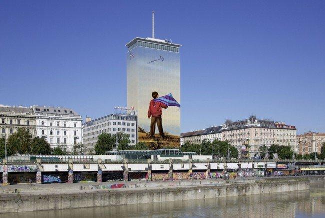"""2016 wird die Fassade des Ringturms mit """"Sorgenfrei"""" von Ivan Exner verhüllt."""
