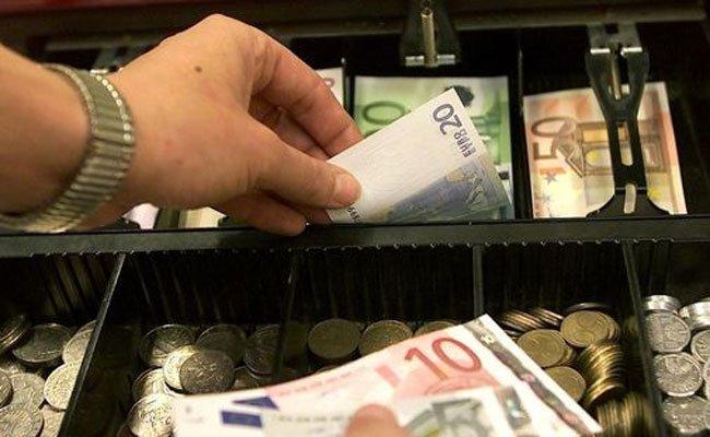 Einer der Trickdiebe nahm einfach das Geld aus der Kasse.