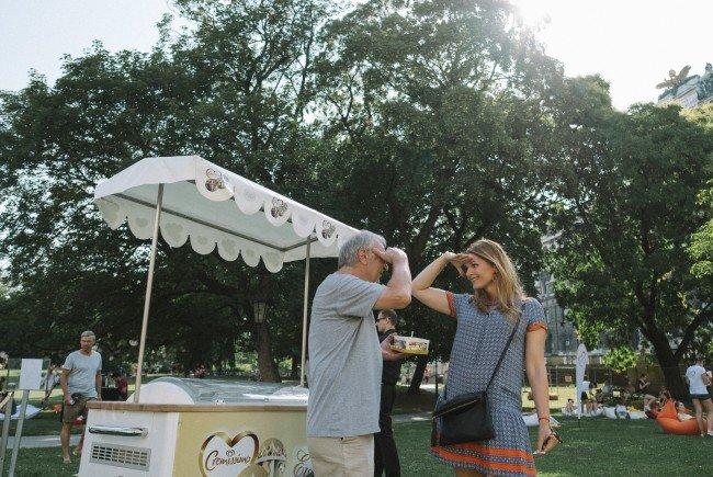 """""""4 Minuten für die Liebe"""" lautete das Motto im Burggarten. Stuart Freeman und Martina Kaiser machen es vor."""