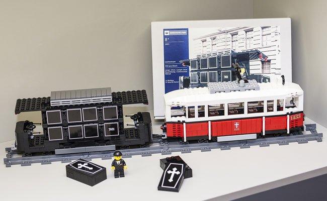 Im Bestattungsmuseum ist ab sofort eine Lego-Leichentram erhältlich.