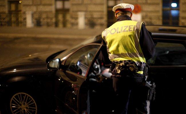 Die beiden Personen im Fahrzeug wurden festgenommen.