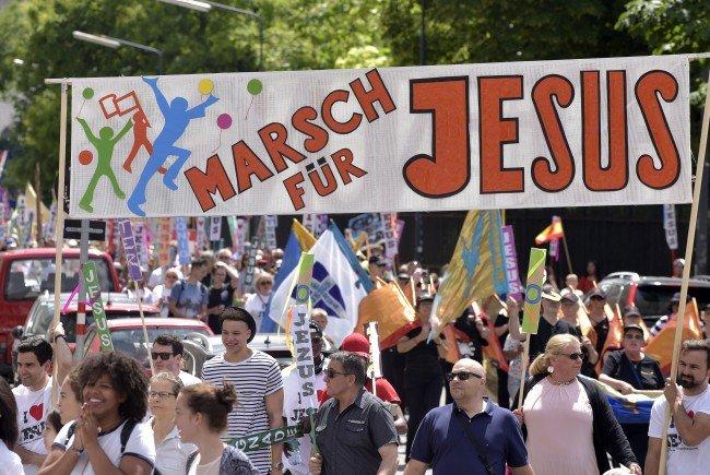 """10.000 kamen zum """"Marsch für Jesus"""" zum Wiener Heldenplatz."""