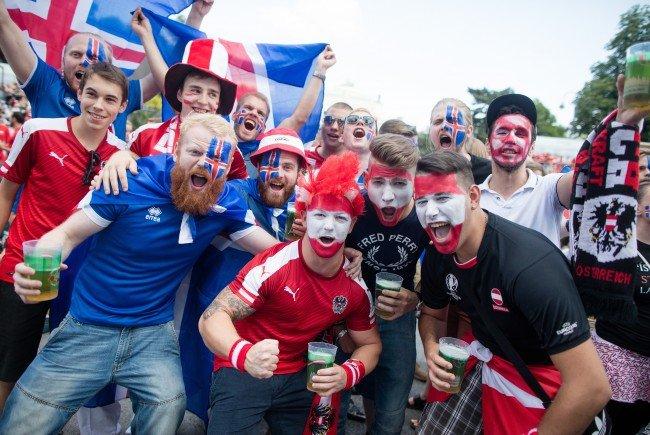 Österreichische und isländische Fans feiern vor dem EM-Match am Wiener Rathausplatz.