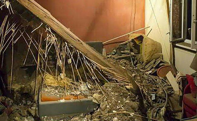 Der Mann wurde im Bett von Decken-Trümmern getroffen und verletzt.