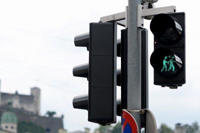 Ein Ampelpärchen an einer Kreuzung in Salzburg.