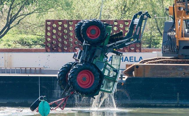 Ein Traktor musste aus der Donau gefischt werden.
