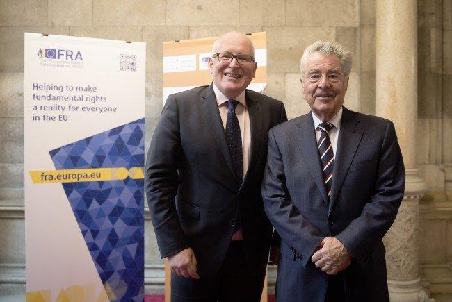 """Vizepräsident der EU-Kommission, Frans Timmermans und Heinz Fischer anlässlich der Eröffnung des """"Fundamental Rights Forum 2016""""."""