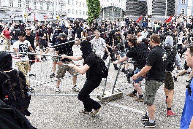 Nach der Identitären-Demo wird wegen versuchtem Mord ermittelt.