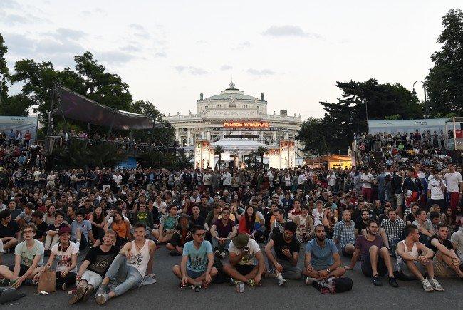 Das Public Viewing am Wiener Rathausplatz war beim Österreich-Auftakt in der EM voll.