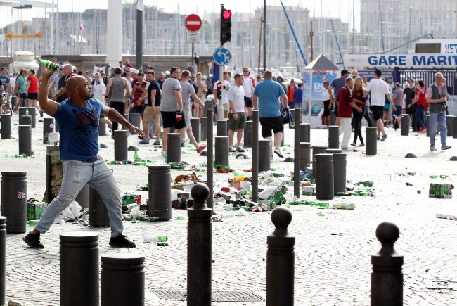 Szenen der Ausschreitungen am Samstag in Marseille.