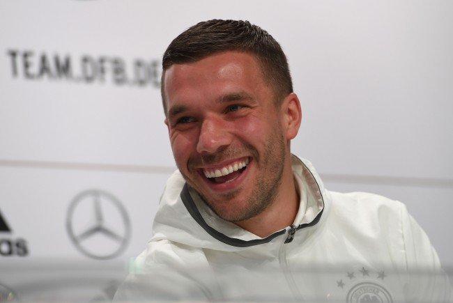 Lukas Podolski sorgte für Lacher auf der Pressekonferenz.